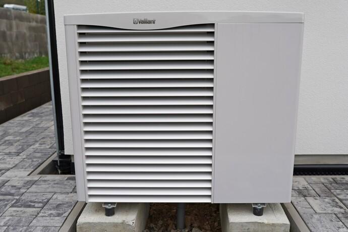 Venkovní jednotka tepelného čerpadla Vaillant aroTHERM WVL 85/2 A u novostavby rodinného domu.